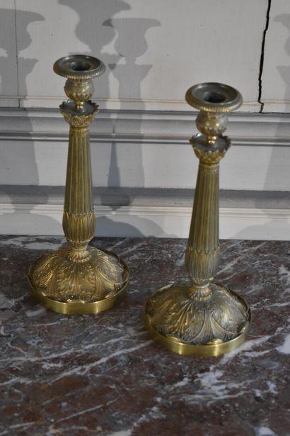 Paire de bougeoirs en bronze ciselé et doré d'époque Louis Philippe  Reposant sur...