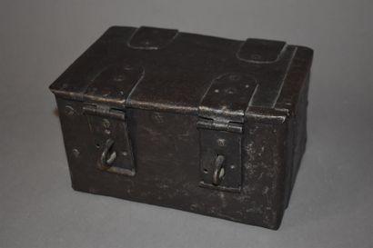 Coffret de selle en fer d'époque Louis XIII  H. 12 L. 20,5 P. 16 cm