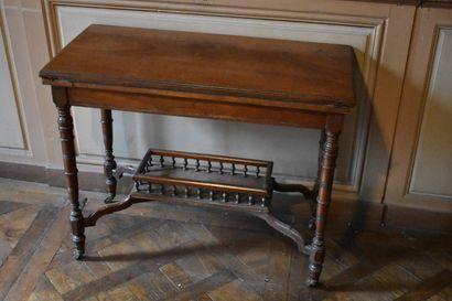 TABLE A JEUX en noyer mouluré, Angleterre, XIXe s.  Reposant sur des pieds tournés...
