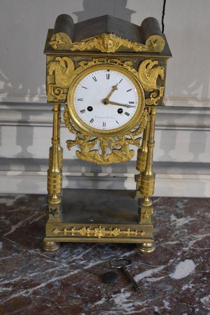 Pendule borne en bronze ciselé et doré d'époque...