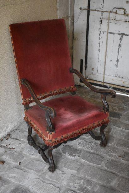 Imposant fauteuil en bois naturel mouluré...
