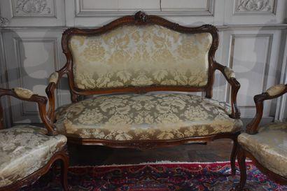 Partie de salon comprenant une paire de fauteuils et un canapé en bois naturel mouluré...