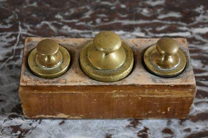 Boîte de trois poids en bronze, XIXe s.  Un...