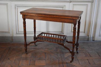 TABLE A JEUX en noyer mouluré, Angleterre,...