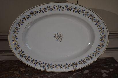 Important plat de service en porcelaine, Paris, XIXe siècle  A décor de fleurs  58...