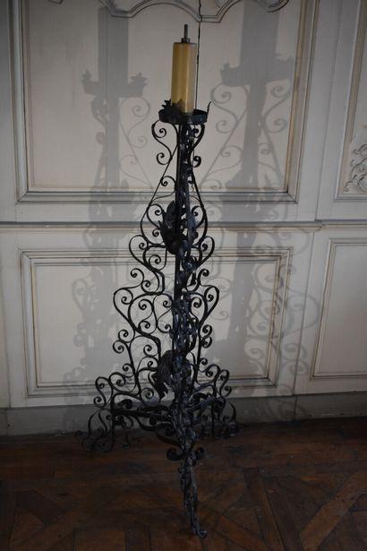 Lampadaire en fer forgé de style Louis XIII...