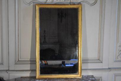 Glace en bois doré, XVIIIe siècle  A décor...