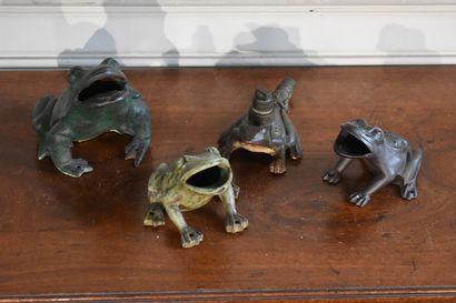Lot de quatre grenouilles en fonte dont un...