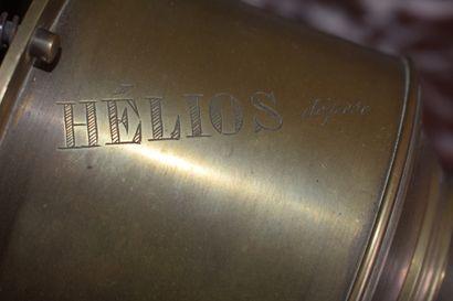 LANTERNE MAGIQUE en laiton et tôle par MAZO, vers 1900  Modèle Helios.  Signé.  H....