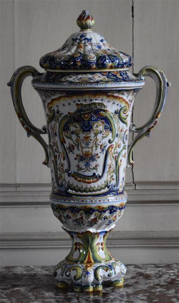 Grand pot couvert en porcelaine polychrome,...