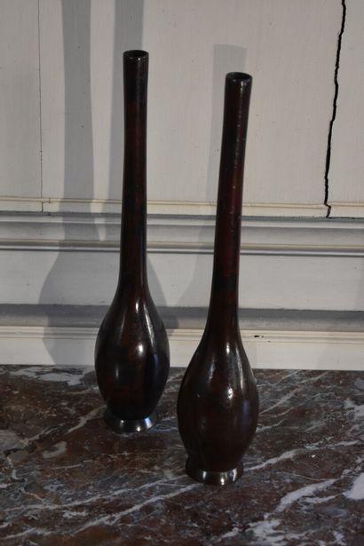 Paire de vases soliflores en métal peint,...