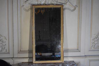 Glace en bois sculpté et doré, XVIIIe siècle  A décor de raie de coeurs et frise...
