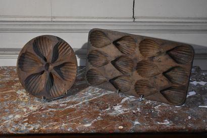 Deux moules à madeleines en bois naturel...