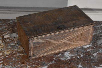 Boîte en bois naturel sculpté, art populaire...