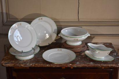 Partie de service en porcelaine monogrammé  Comprenant 13 assiettes, sept assiettes...