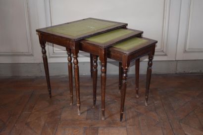 TROIS TABLES GIGOGNES en bois de placage,...