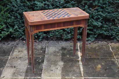 Table à jeux en bois de placage et marqueterie...
