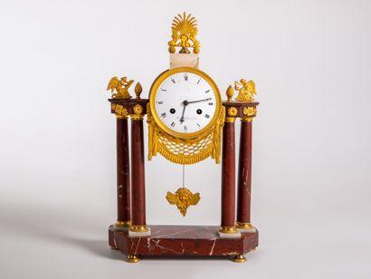 Pendule à colonnes en bronze ciselé et doré et marbre rouge des Flandres d'époque...