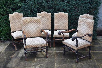 Quatre chaises et deux fauteuils en bois...