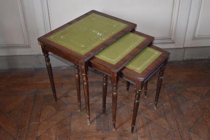 TROIS TABLES GIGOGNES en bois de placage, travail anglais du XIXe siècle  Reposant...
