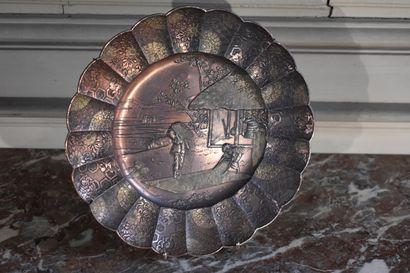 Assiette en métal, Japon, XXe siècle  A décor...