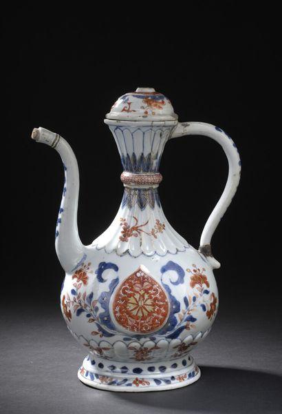 Aiguière couverte en porcelaine Imari  Chine,...