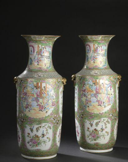 Paire de grands vases en porcelaine de Canton...