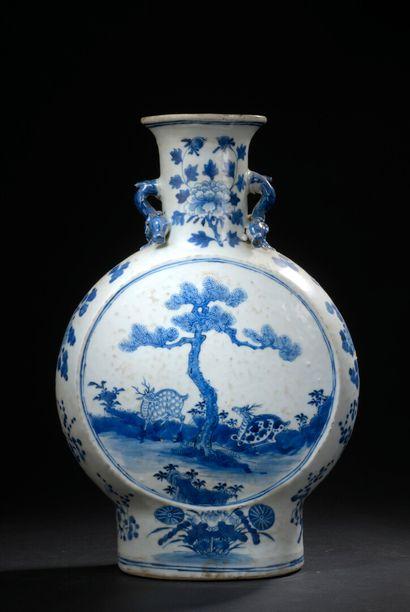 Vase gourde en porcelaine bleu blanc Chine, fin du XIXe siècle  La panse circulaire,...
