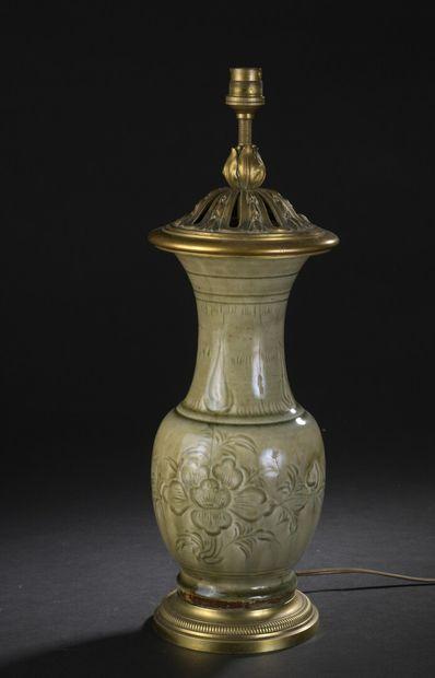 Vase en grès à glaçure céladon monté en lampe...