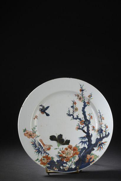 Grand plat en porcelaine famille verte Imari...