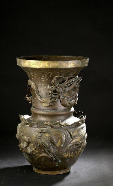 Grand vase en bronze  Japon, circa 1910  Balustre...
