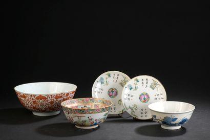 Trois bols et deux coupelles en porcelaine...