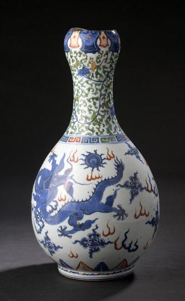 Vase en porcelaine Wucai Chine, XXe siècle...