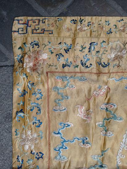 Dessus de coussin en soie jaune pâle brodée Chine, XIXe siècle  Rectangulaire, à...