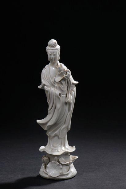 Trois statuettes de Guanyin en porcelaine...