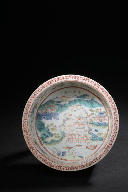 Petit bassin en porcelaine polychrome Chine,...