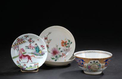 Petit bol et trois coupelles en porcelaine...