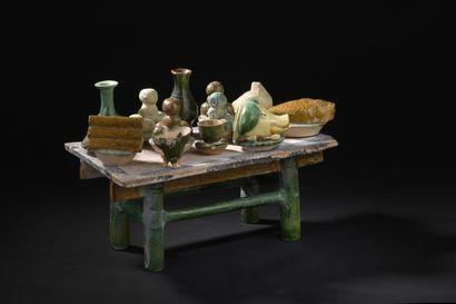 Table à offrandes en terre cuite émaillée  vert, jaune et crème  Chine, dynastie...