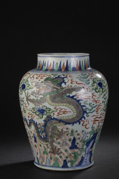 Potiche en porcelaine Wucai  Chine, Transition,...