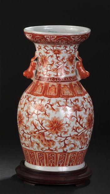 Vase en porcelaine rouge de fer  Chine, début...