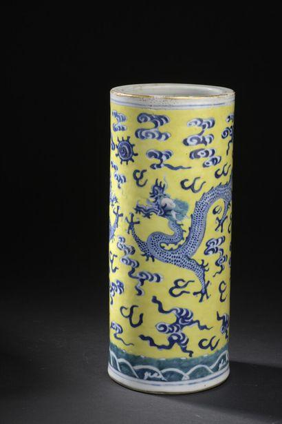 Vase en porcelaine bleu blanc et vert sur...