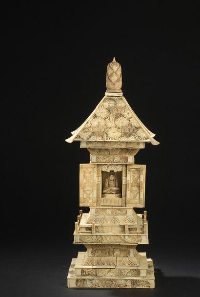 Butsudan en forme de pagode en bois et placage...