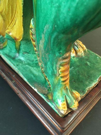 Chimère porte lumière en grès émaillé vert et jaune  Chine, XVIIe siècle  Debout...