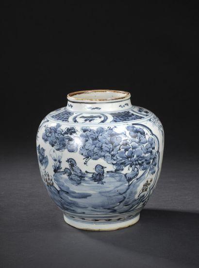 Vase en porcelaine bleu blanc et rouge de...