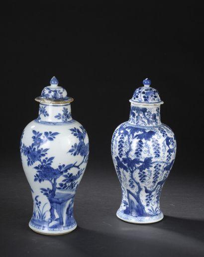 Deux vases couverts en porcelaine bleu blanc...