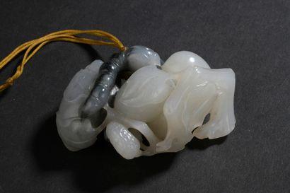 Groupe en jade gris et blanc sculpté  Chine,...
