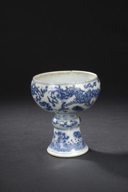 Coupe sur piédouche en porcelaine bleu blanc...