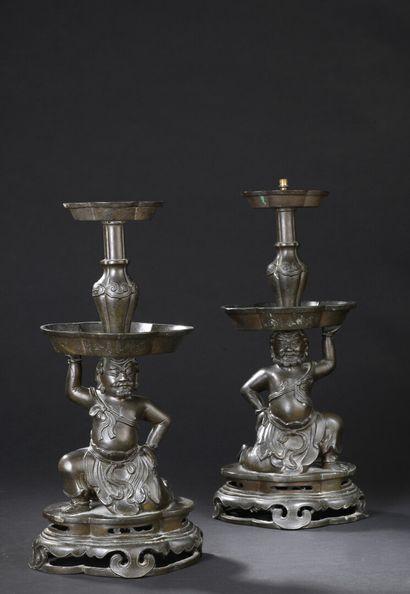 Paire de bougeoirs en bronze Chine, XVIIe...