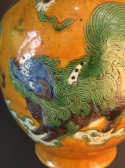 Vase en porcelaine à fond jaune  Chine, XIXe-XXe siècle  La panse bombée, à décor...