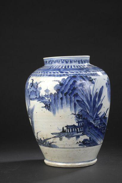 Vase en porcelaine Arita bleu blanc  Japon,...